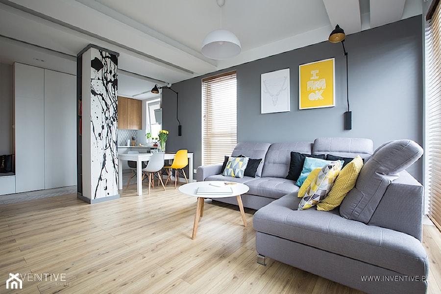 NATURALNIE NOWOCZEŚNIE - Średni szary salon z kuchnią z jadalnią, styl skandynawski - zdjęcie od INVENTIVE studio