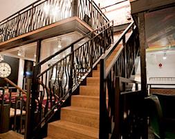 Schody w restauracji w stylu industrialnym - zdjęcie od TEKO - Homebook