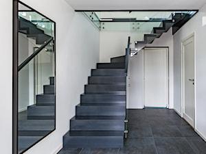Czarne schody dywanowe
