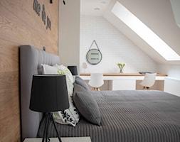 Nowoczesny dom w Tychach zdjęcia - Średnia beżowa biała sypialnia małżeńska na poddaszu, styl skandynawski - zdjęcie od Inspiracja Anna Palacz