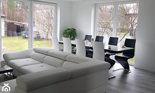 biały sufit napinany w salonie