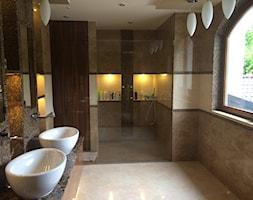 dom klasyczny - Średnia szara łazienka na poddaszu w domu jednorodzinnym z oknem, styl tradycyjny - zdjęcie od manawa studio