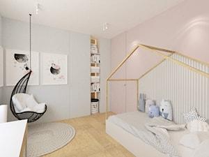 DOM W RUDZICY - Średni biały szary pastelowy różowy pokój dziecka dla dziewczynki dla malucha dla nastolatka, styl skandynawski - zdjęcie od MANUKA pracownia projektowa