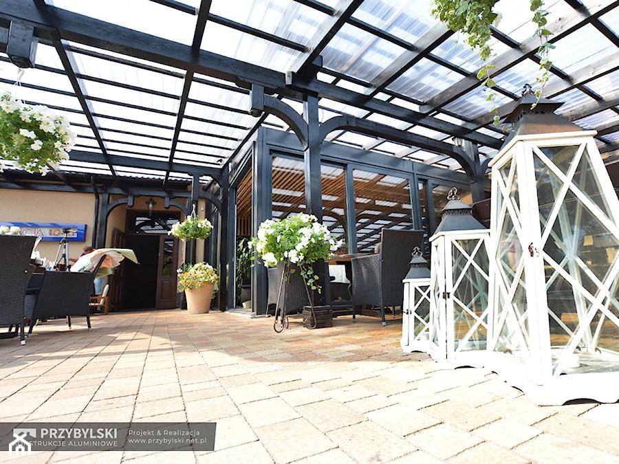 Aranżacje wnętrz - Taras: Ogród zimowy Skawina - Przybylski Ogrody Zimowe & Konstrukcje aluminiowo-szklane. Przeglądaj, dodawaj i zapisuj najlepsze zdjęcia, pomysły i inspiracje designerskie. W bazie mamy już prawie milion fotografii!
