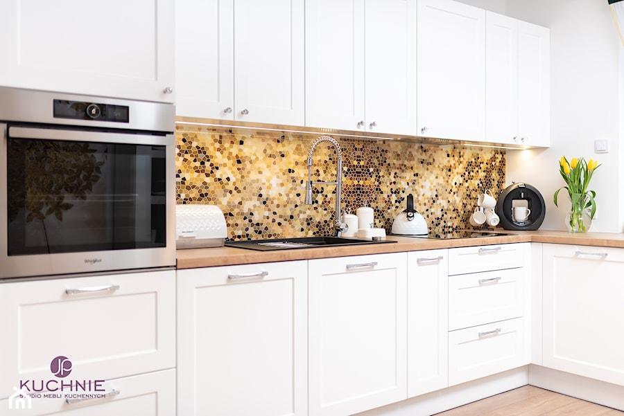 kuchnia Pani Eweliny - Duża otwarta biała brązowa żółta kuchnia w kształcie litery l z oknem - zdjęcie od jpkuchnie