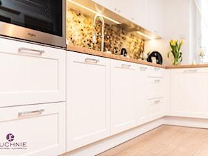 kuchnia Pani Eweliny - Mała zamknięta biała kuchnia w kształcie litery l z oknem - zdjęcie od jpkuchnie