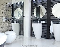 CherryPrincess - Duża łazienka na poddaszu w domu jednorodzinnym z oknem, styl nowoczesny - zdjęcie od KODY Wnętrza | projektowanie wnętrz i doradztwo