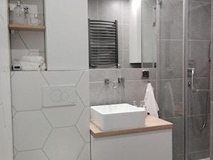 #lazienkawbloku - Mała biała łazienka w bloku w domu jednorodzinnym bez okna - zdjęcie od wyimaginowana
