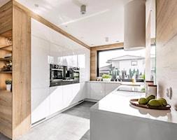 Otwarta+kuchnia+z+naro%C5%BCnym+oknem+-+zdj%C4%99cie+od+Jaros%C5%82aw+Werner