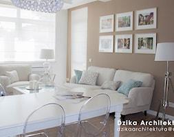 WILLA URSYNÓW - Mały biały brązowy salon z jadalnią, styl klasyczny - zdjęcie od DziKa Architektura