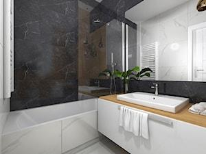 Czarno biała łazienka z dodatkami drewna