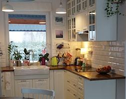 NASZ DOM - Średnia otwarta biała kuchnia w kształcie litery l w aneksie z oknem, styl skandynawski - zdjęcie od U SIEBIE W DOMU