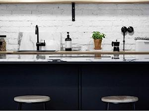 Warszawa, Praga Północ - Średnia otwarta biała kuchnia dwurzędowa w aneksie z wyspą, styl skandynawski - zdjęcie od Silke Interiors