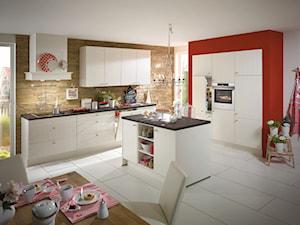 VerleKuchen_model_Flair424 - Duża otwarta biała czerwona kuchnia w kształcie litery l z wyspą z oknem, styl eklektyczny - zdjęcie od Verle Küchen