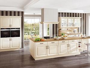 Kuchnie w stylu klasycznym - Duża otwarta szara kuchnia jednorzędowa z oknem, styl klasyczny - zdjęcie od Verle Küchen