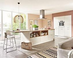 VerleKuchen_model_Fashion175_szafki_XL - Duża otwarta pomarańczowa kuchnia jednorzędowa w aneksie z wyspą z oknem, styl skandynawski - zdjęcie od Verle Küchen