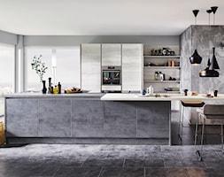 Nowości 2018 - Duża otwarta szara kuchnia dwurzędowa w aneksie z wyspą z oknem, styl industrialny - zdjęcie od Verle Küchen