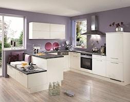 VerleKuchen_model_Laser427 - Średnia otwarta fioletowa kuchnia w kształcie litery u z oknem, styl eklektyczny - zdjęcie od Verle Küchen