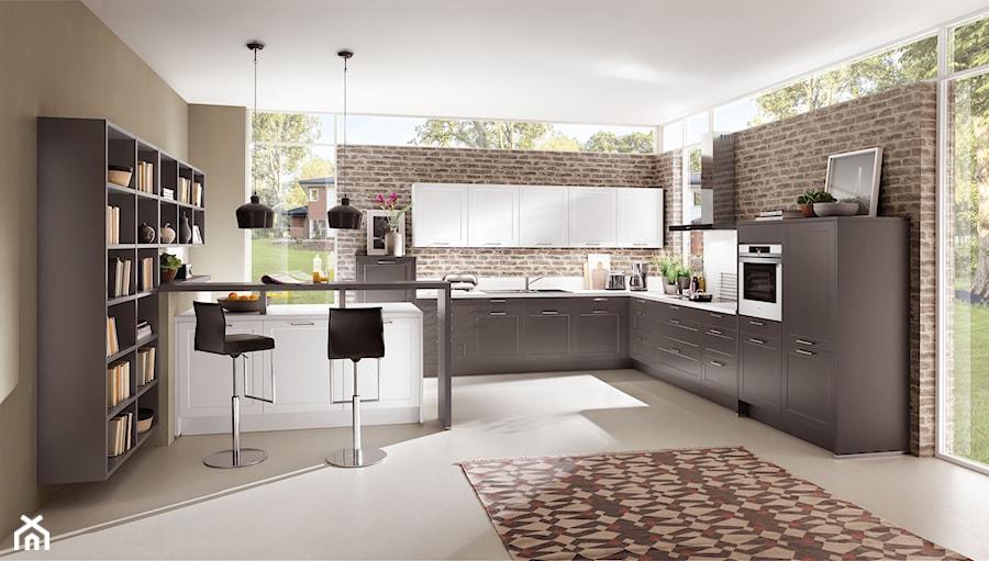 VerleKuchen_model_Credo765 - Duża otwarta beżowa kuchnia w kształcie litery l w aneksie z oknem, styl eklektyczny - zdjęcie od Verle Küchen