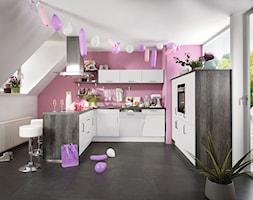 VerleKuchen_model_Focus470 - Średnia otwarta szara różowa kuchnia w kształcie litery u z oknem, styl eklektyczny - zdjęcie od Verle Küchen