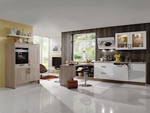VerleKuchen_model_Focus470 - Średnia otwarta biała żółta kuchnia w kształcie litery l z oknem, styl eklektyczny - zdjęcie od Verle Küchen