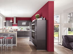 VerleKuchen_model_Xeno670 - Duża otwarta biała czerwona kuchnia dwurzędowa w aneksie z oknem, styl nowoczesny - zdjęcie od Verle Küchen