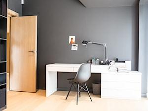 Wnętrza domu rodzinnego Wolsztyn - Mały czarny pokój dziecka dla chłopca dla dziewczynki dla ucznia dla nastolatka, styl nowoczesny - zdjęcie od Ev Architects
