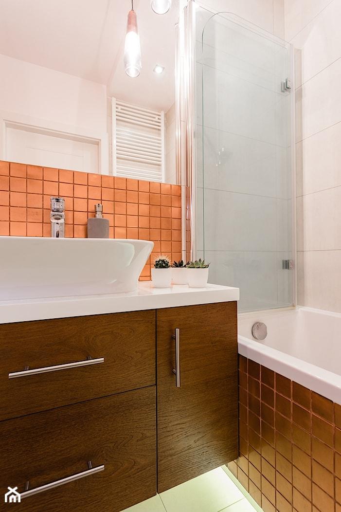 Mieszkanie 1 - Mała biała łazienka na poddaszu w bloku w domu jednorodzinnym bez okna, styl nowoczesny - zdjęcie od KRAMKOWSKA | PRACOWNIA WNĘTRZ - Homebook