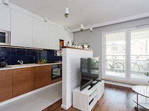 Mieszkanie 1 - Średni szary salon z kuchnią, styl minimalistyczny - zdjęcie od KRAMKOWSKA | PRACOWNIA WNĘTRZ