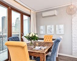 Mieszkanie w Śródmieściu - Średnia otwarta biała szara jadalnia w salonie, styl eklektyczny - zdjęcie od KRAMKOWSKA | PRACOWNIA WNĘTRZ
