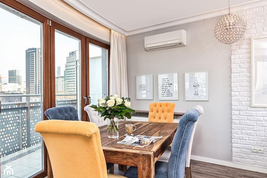 Aranżacje wnętrz - Jadalnia: Mieszkanie w Śródmieściu - Średnia otwarta biała szara jadalnia w salonie, styl eklektyczny - KRAMKOWSKA | PRACOWNIA WNĘTRZ. Przeglądaj, dodawaj i zapisuj najlepsze zdjęcia, pomysły i inspiracje designerskie. W bazie mamy już prawie milion fotografii!