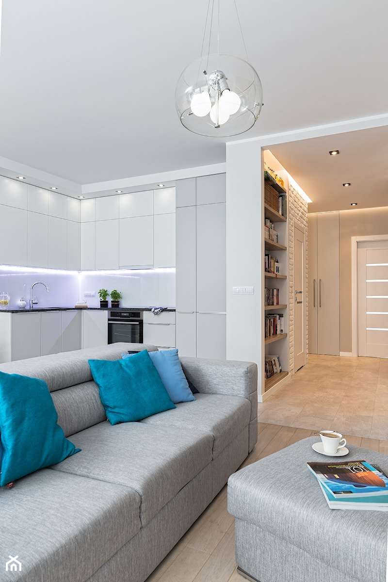 MIESZKANIE 72m2 - Średni biały salon z bibiloteczką z kuchnią, styl minimalistyczny - zdjęcie od KRAMKOWSKA | PRACOWNIA WNĘTRZ
