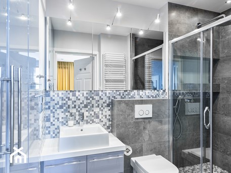 Aranżacje wnętrz - Łazienka: Mieszkanie w Śródmieściu - Średnia niebieska szara kolorowa łazienka w bloku bez okna, styl nowoczesny - KRAMKOWSKA   PRACOWNIA WNĘTRZ. Przeglądaj, dodawaj i zapisuj najlepsze zdjęcia, pomysły i inspiracje designerskie. W bazie mamy już prawie milion fotografii!