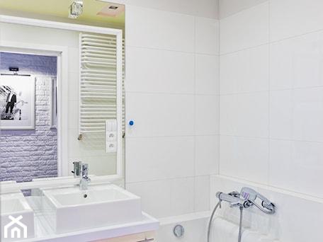 Aranżacje wnętrz - Łazienka: Mieszkanie w Śródmieściu - Mała biała szara łazienka w bloku w domu jednorodzinnym bez okna, styl nowoczesny - KRAMKOWSKA   PRACOWNIA WNĘTRZ. Przeglądaj, dodawaj i zapisuj najlepsze zdjęcia, pomysły i inspiracje designerskie. W bazie mamy już prawie milion fotografii!