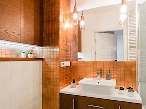 Mieszkanie 1 - Mała biała łazienka na poddaszu w bloku w domu jednorodzinnym bez okna, styl nowoczesny - zdjęcie od KRAMKOWSKA | PRACOWNIA WNĘTRZ