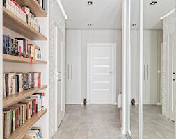MIESZKANIE 72m2 - Duży biały hol / przedpokój, styl minimalistyczny - zdjęcie od KRAMKOWSKA | PRACOWNIA WNĘTRZ