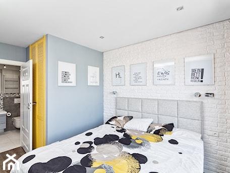 Aranżacje wnętrz - Sypialnia: Mieszkanie w Śródmieściu - Średnia biała niebieska sypialnia małżeńska z łazienką, styl nowoczesny - KRAMKOWSKA   PRACOWNIA WNĘTRZ. Przeglądaj, dodawaj i zapisuj najlepsze zdjęcia, pomysły i inspiracje designerskie. W bazie mamy już prawie milion fotografii!