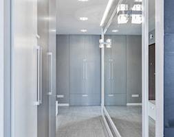 Mieszkanie w Śródmieściu - Średni biały szary hol / przedpokój, styl eklektyczny - zdjęcie od KRAMKOWSKA | PRACOWNIA WNĘTRZ