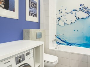 MIESZKANIE 52m2 - Mała biała niebieska łazienka na poddaszu w bloku w domu jednorodzinnym bez okna, styl nowoczesny - zdjęcie od KRAMKOWSKA | PRACOWNIA WNĘTRZ