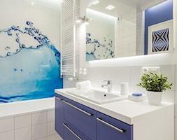 MIESZKANIE 52m2 - Mała biała niebieska łazienka w bloku w domu jednorodzinnym bez okna, styl nowoczesny - zdjęcie od KRAMKOWSKA | PRACOWNIA WNĘTRZ