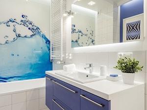 MIESZKANIE 52m2 - Mała biała niebieska łazienka w bloku w domu jednorodzinnym bez okna, styl nowoczesny - zdjęcie od KRAMKOWSKA   PRACOWNIA WNĘTRZ