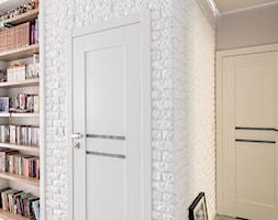 MIESZKANIE 72m2 - Mały biały hol / przedpokój, styl minimalistyczny - zdjęcie od KRAMKOWSKA | PRACOWNIA WNĘTRZ