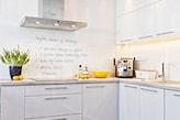 białe szafki kuchenne, biała farba, żółta miska, biała farba z możliwością pisania