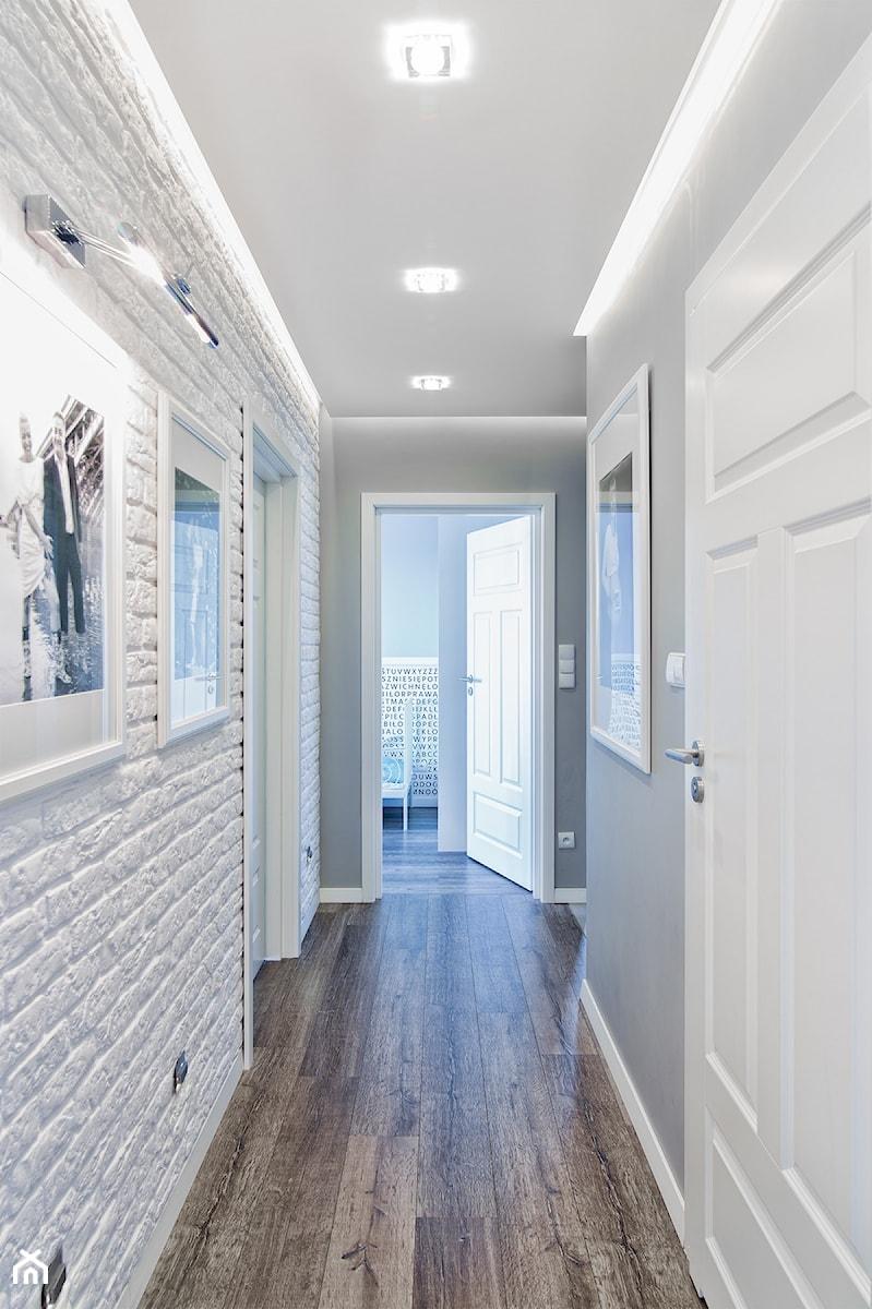 Aranżacje wnętrz - Hol / Przedpokój: Mieszkanie w Śródmieściu - Średni biały szary hol / przedpokój, styl eklektyczny - KRAMKOWSKA | PRACOWNIA WNĘTRZ. Przeglądaj, dodawaj i zapisuj najlepsze zdjęcia, pomysły i inspiracje designerskie. W bazie mamy już prawie milion fotografii!