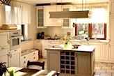kremowe meble kuchenne, biała firanka, kuchnia w stylu prowansalskim