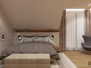 SYPIALNIA NA PODDASZU /20 - Duża beżowa sypialnia małżeńska na poddaszu z balkonem / tarasem, styl nowoczesny - zdjęcie od EKLEKT DESIGN