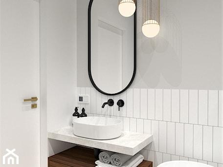 Aranżacje wnętrz - Łazienka: MIESZKANIE W KAMIENICY - Mała biała szara łazienka w bloku w domu jednorodzinnym bez okna, styl nowoczesny - BDWstudio. Przeglądaj, dodawaj i zapisuj najlepsze zdjęcia, pomysły i inspiracje designerskie. W bazie mamy już prawie milion fotografii!