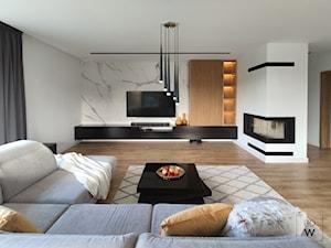 DOM W FIRLEJU - Duży szary biały salon, styl nowoczesny - zdjęcie od BDWstudio