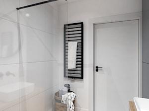 Mieszkanie na Odolanach - Mała biała szara łazienka w bloku w domu jednorodzinnym bez okna, styl minimalistyczny - zdjęcie od BDWstudio