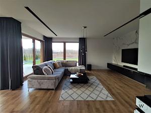 DOM W FIRLEJU - Duży biały beżowy salon z tarasem / balkonem, styl nowoczesny - zdjęcie od BDWstudio